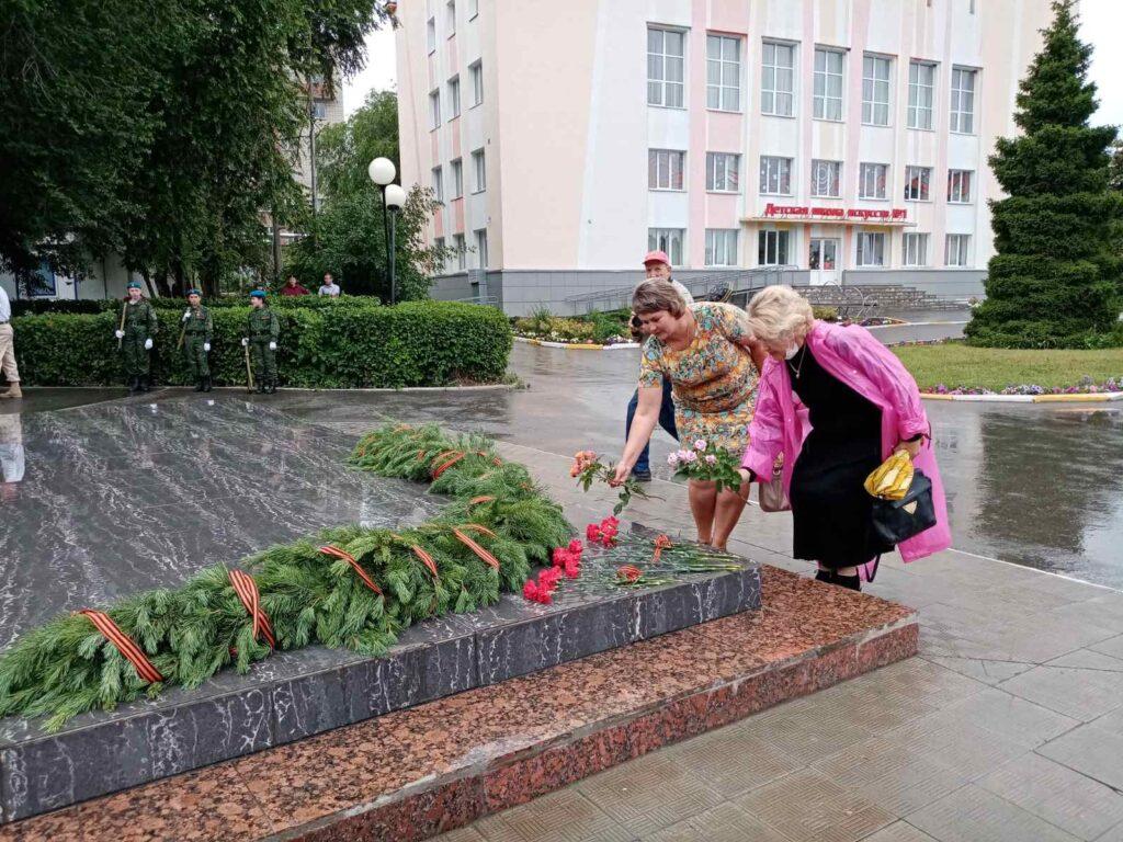 Фото директора школы и учителя. Возлагают цветы